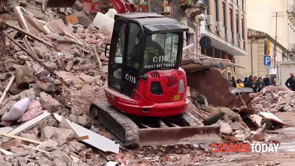 Crollo di una palazzina in via crispi parlano il sindaco for Piani di una palazzina di una storia