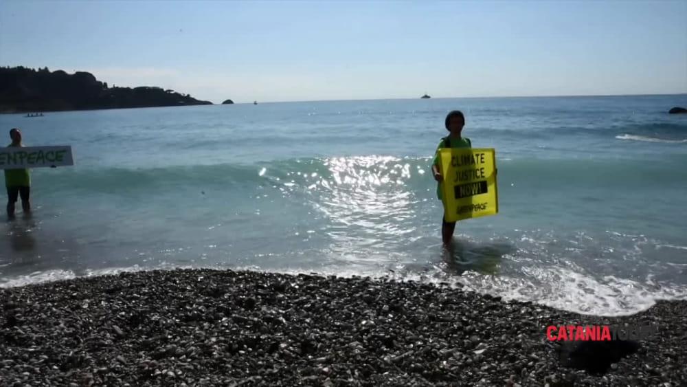 G7 blitz di greenpeace sulla spiaggia di giardini contro for Motta arredi ragalna